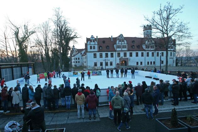 Crimmitschauer Eishockey-Profis zu Gast auf der Eisbahn in Glauchau.
