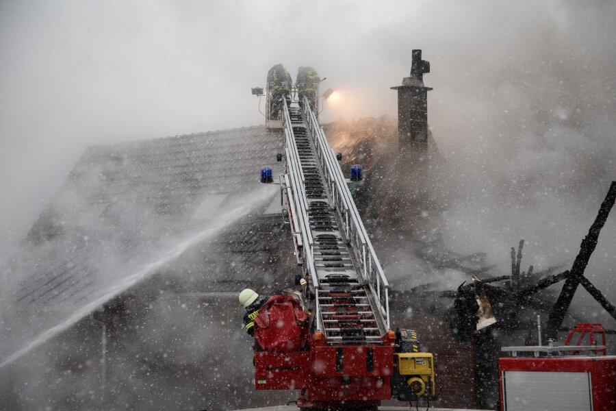 Mann nach Brand in Vierseithof im Krankenhaus - 90 Feuerwehrleute um Einsatz