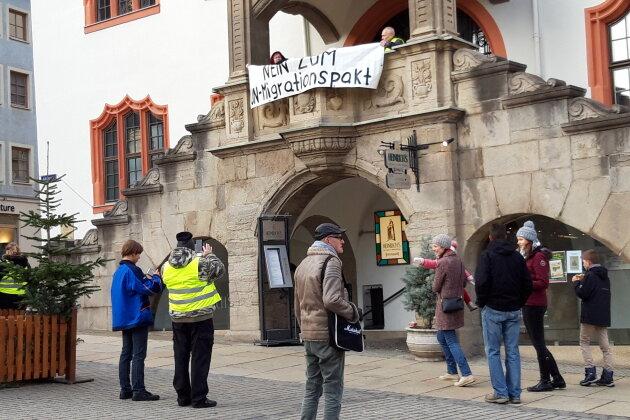 Polizei beendet Plakat-Aktion am Plauener Rathaus