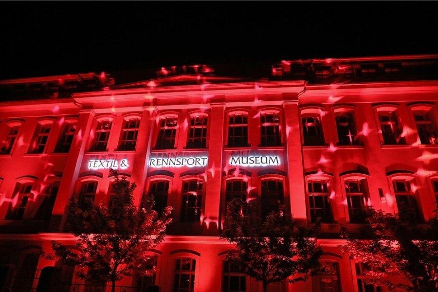 Das Textil- und Rennsportmuseum in Hohenstein-Ernstthal leuchtete am 22. Juni 2020 rot.