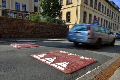 Ein flacher Poller, ein sogenanntes Berliner Kissen, ist vor der Grundschule auf der Gellertstraße in Hainichen erneuert worden.
