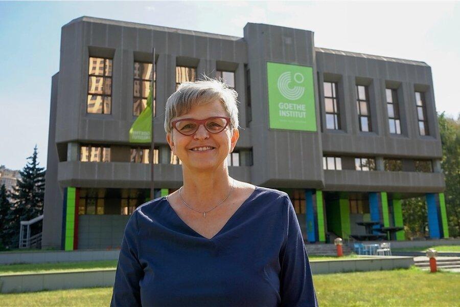 """Die gebürtige Sächsin Heike Uhlig vor dem Goethe-Institut in Moskau, das sie leitet. Hier läuft das Geschäft. In Russland lernen 16 Prozent mehr Menschen Deutsch als vor fünf Jahren. Die deutschlernenden Erwachsenen nehmen zu, sagt die Chefin: """"Die meisten versprechen sich davon Vorteile im Beruf."""""""