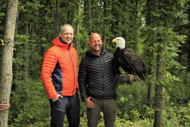 Firmengründer Sascha Eichelkraut und Falkner Hans-Peter Herrmann in Jacken von Neualp.