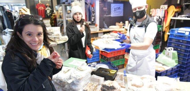In Sven Glaetzners Geschäft BfM an der Burgstraße in Freiberg hat Billy Roth von der Mühle und Bäckerei Bärenhecke aus Glashütte einen Verkaufsstand für Weihnachtsstollen und Gebäck eingerichtet. Fünf verschiedene Stollen können hier verkostet und gekauft werden. Fernanda Talzzia (l.) aus Brasilien undTooba Maqsood aus Pakistan, beide Studentinnen an der TU Bergakademie Freiberg Master Business, nutzten die Gelegenheit zum Einkauf.