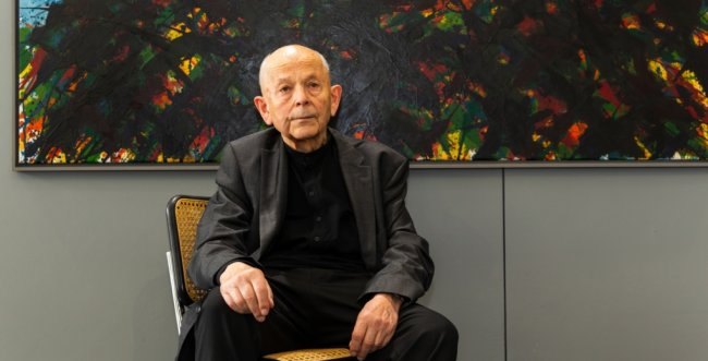 Max Uhlig, hier vor einem Bild in seiner Ausstellung der Galerie Weise, ist auch mit 84 Jahren ein wacher und klarer Geist.