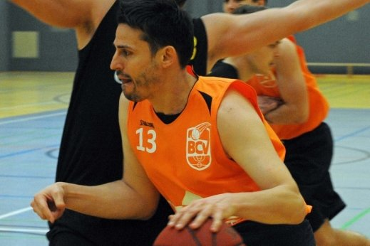 Der Plauener Spielertrainer Tobias Thoß (vorn) in Aktion. Die zweite Corona-Zwangspause brachte ihm den zweiten Sieg bei einem über das Internet ausgetragenen Basketball-Wettbewerb.