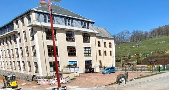 Der anvisierte Standort für die erste E-Ladesäule mit zwei Stellplätzen ist auf dem Areal neben dem Gebäude von Autex und Grundschule.
