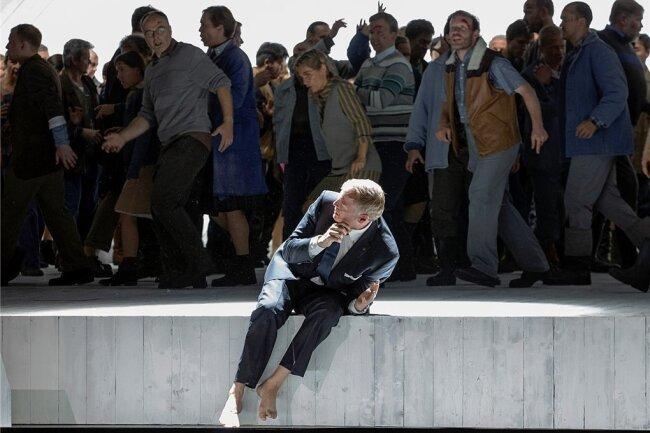 """""""Du sollst dir kein Bild machen"""": Lance Ryan als Aron mit Chor Arnold Schönbergs """"Moses und Aron""""."""
