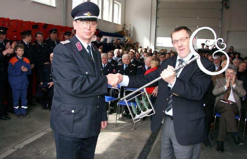 """<p class=""""artikelinhalt"""">Werdaus Oberbürgermeister Volkmar Dittrich (rechts) hat Wehrleiter Gerald Oehler am Samstag den überdimensionalen Schlüssel für das neue Gerätehaus übergeben. </p>"""