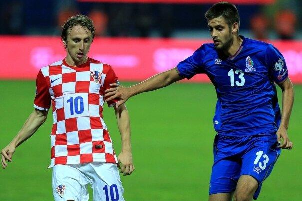 Zweikampf zwischen Real Madrid und Erzgebirge Aue im Nationaltrikot: Veilchen-Neuzugang Dimitrij Nazarov (rechts) für Aserbaidschan im Duell mit Kroatiens Mittelfeldstratege Luka Modric.