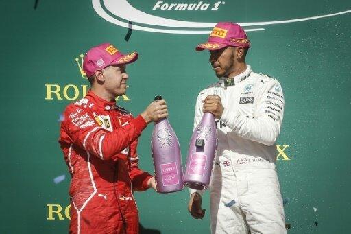 Vettel (l.) kann Hamilton quasi schon zur WM gratulieren