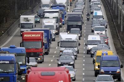 Große Reisewelle: Dichter Verkehr über Pfingsten erwartet