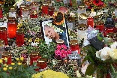 Am Tatort auf dem Fußweg an der Brückenstraße legten viele Menschen Blumen nieder. Mittlerweile befindet sich dort eine Gedenkplatte.