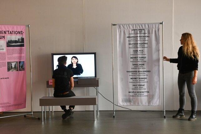 Aufarbeiten und erinnern will die Ausstellung Offener Prozess in der Neuen Sächsischen Galerie. An der letzten Station lernen Besucher, die Namen der zehn Opfer der neonazistischen Terrorgruppe richtig auszusprechen. Hannah Zimmermann (rechts) ist für die politische Bildungsarbeit zuständig.