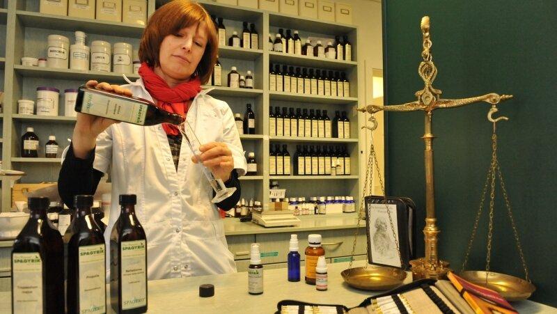 Heike Seidl, die Leiterin der Concordia Apotheke in Oelsnitz, bei der Herstellung einer Spagyrischen Mischung gegen Halsschmerzen. Apotheker müssen heutzutage auch Produkte und Dienstleistungen anbieten, die nicht zum Apothekenalltag gehören.