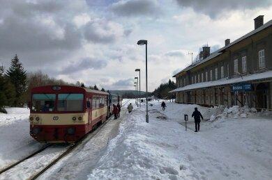 Der Bahnhof Moldava/Moldau im Erzgebirge mit einem Regionalzug aus Most. Von hier aus sollen wieder Züge ins gut acht Kilometer entfernte Holzhau fahren - und weiter nach Freiberg.