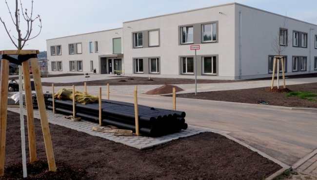 Die Außenanlagen des Pflegeheims der Theodor-Fliedner-Stiftung sind weitestgehend gestaltet. Hier der Blick zum Haupteingang.
