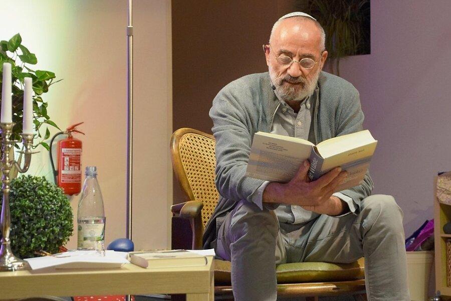 """Der Schriftsteller Chaim Noll bei seiner Lesung in Reichenbach aus seinem Buch """"Die Wüste""""."""