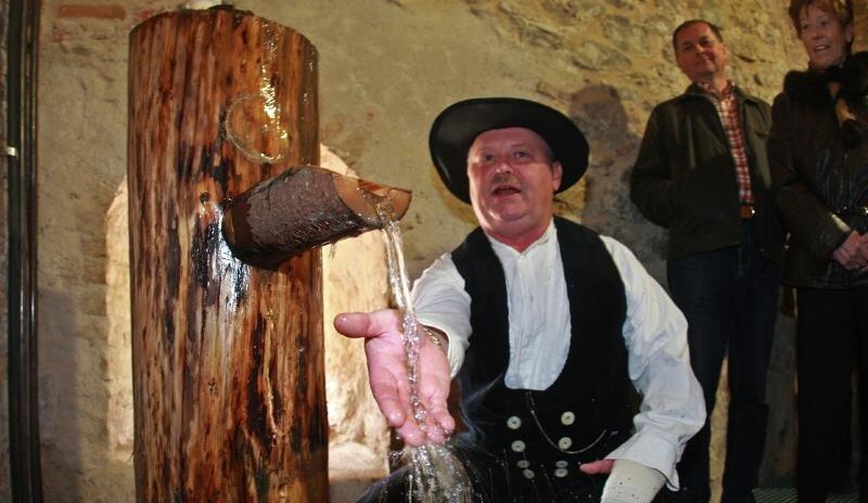 """<p class=""""artikelinhalt"""">Röhrenmeister Hans-Jürgen Wenzel hat für das Kloster Riesa ein Wasserkunst gebaut, hier am Wasserverteiler, dem Herzstück und der hohen Schule des Systems. </p>"""