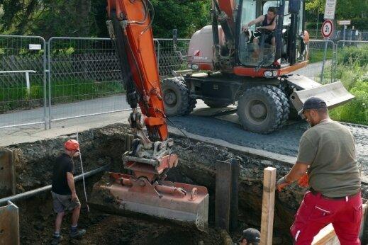 Am Zschopauer Gymnasium sowie auf dem nahe gelegenen Parkplatz (Foto) werden zwei Baugruben für das Vorhaben ausgehoben, die eine Befestigung mit Stahlträgern und Holzbalken erfordern.