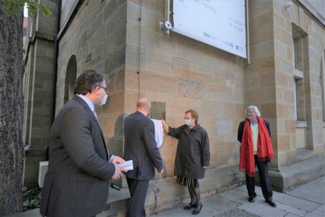 Im Beisein von Frédéric Bußmann, Generaldirektor der Städtischen Kunstsammlungen (links), und Egmont Elschner, Vorsitzender des Vereins Tage der jüdischen Kultur (rechts), enthüllen Oberbürgermeister Sven Schulze und Ruth Röcher, die Vorsitzende der Jüdischen Gemeinde, eine Gedenktafel für den 1933 ermordeten jüdischen Kunstsammler Arthur Weiner.
