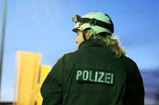 Eine Polizistin wurde durch einen Stein verletzt