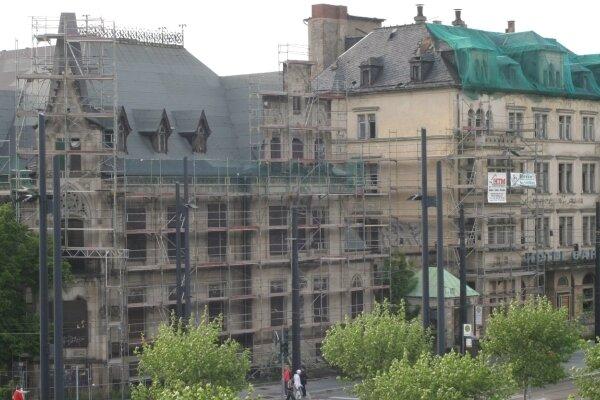 """Letzte Aufnahme: Das Hotel """"Carola"""" (rechts) neben der Villa Zimmermann an der Bahnhofstraße kurz vor seinem Abriss im Jahr 2007."""