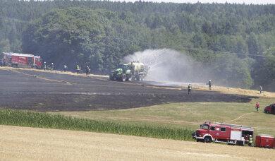 Mit Wasser betankte Güllefahrzeugen wurden von den Landwirten auf dem Feld bei Pausa am Donnerstagmittag zum Löschen letzter Glutnester eingesetzt.