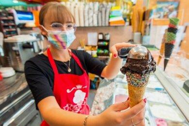 """Leoni Rössel verkauft im """"Eis Venezia"""" in Schneeberg die kalten Leckereien in 24 Sorten. Sie sagt: """"Joghurt geht immer."""" Beliebt auch: die Sort """"Black Bomb"""" (im Bild) - ein Eis mit Zartbitterschokolade."""