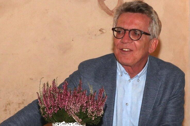 Ex-Innenminister Thomas de Maizière (CDU) am Montagabend bei seinerLesung in der Kapelle Neuensalz.