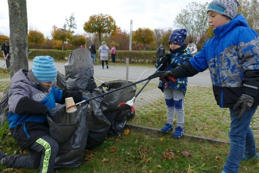 Mehr als zehn volle Müllsäcke kamen bei der Umweltaktion des Jugendclubs zusammen.