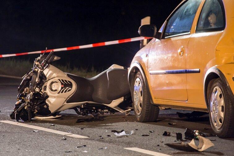 Dölitzsch: Auto schleift Motorradfahrer mit sich - 42-Jähriger stirbt