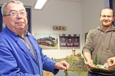 Clubchef Marcus Laufer (r.) und Urgestein Jochen Winkler machen auf die Räucherhaus-Aktion der Freiberger Modelleisenbahner aufmerksam. Für 10Euro können Interessierte ein Bastelset erwerben und dem Club damit ein bisschen unter die Arme greifen.