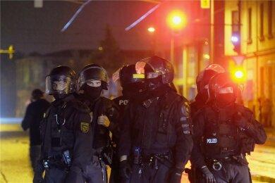 Polizisten sichern eine Kreuzung im Osten der Stadt bei den Protesten am Donnerstagabend.