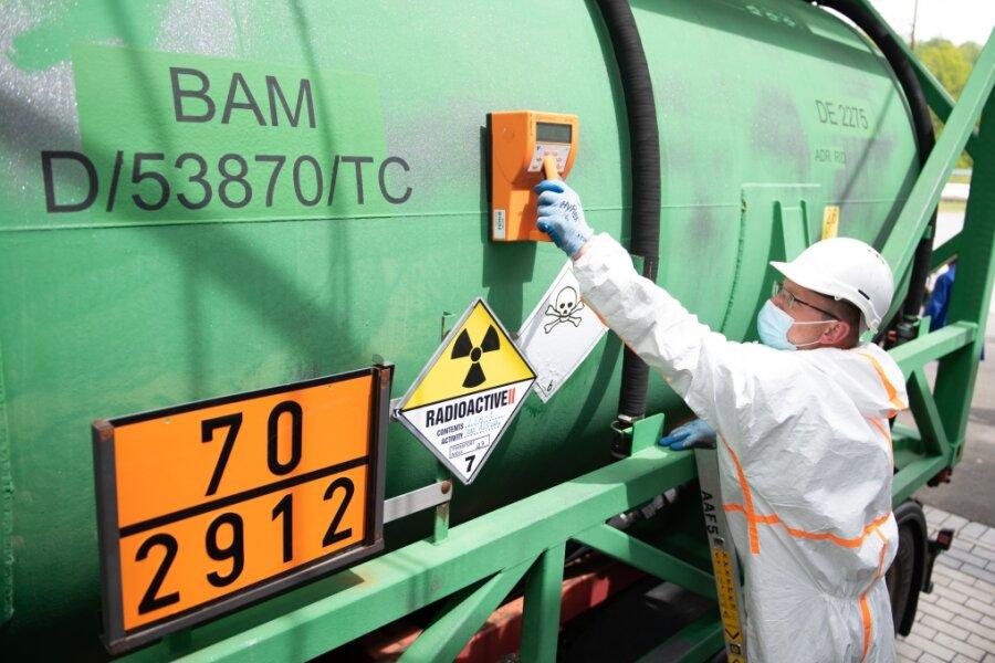 Marc Strobelt, Anlagenfahrer, hält auf dem Betriebsgelände der Wismut GmbH einen Geigerzähler an einen Uran-Transportbehälter. Nach 75 Jahren hat der letzte Uran-Transport das Betriebsgelände verlassen. Damit scheidet Deutschland aus der Liste uranproduzierender Staaten aus.