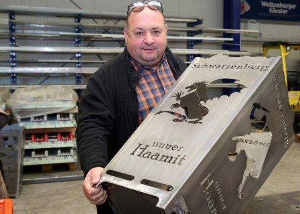Peter Riedel und sein Team haben nach einem Feuerkorb für Raschau auch einen für Schwarzenberg auf den Markt gebracht. Die individuellen Anfertigungen kommen bei den Kunden gut an.