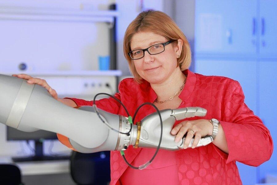 """Im Sonderforschungsbereich """"Hybrid Societies"""" der Technischen Universität Chemnitz wird die Interaktion von Menschen mit beispielsweise Robotern und selbstfahrenden Fahrzeugen grundlegend untersucht und optimiert. Prof. Dr. Ulrike Thomas leitet die Professur für Robotik und Mensch-Technik-Interaktion."""