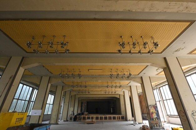 Im ehemaligen Kultursaal des Spinnereimaschinenbaus wird die große Bühne für die Ausweichspielstätte des Schauspielhauses eingerichtet.