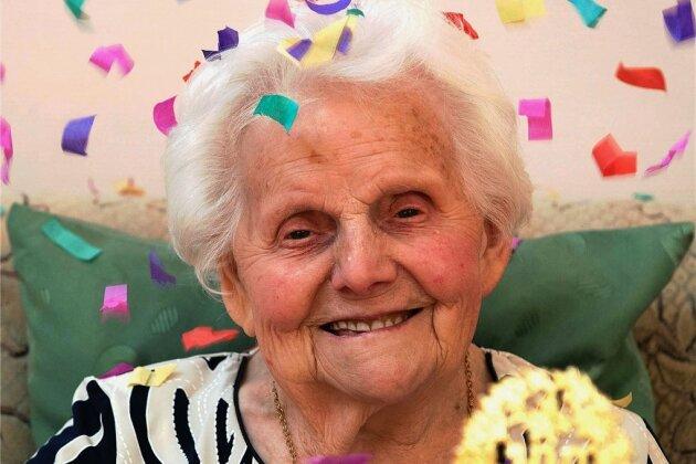 Ein Jahrhundert Leben hat Erika Caprara mit Heimbewohnern und Betreuern sowie ihrer Familie am Mittwoch im Seniorenheim Rochsburg gefeiert.