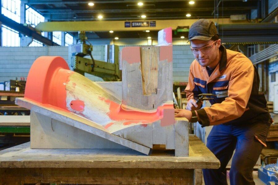 Philipp Weber, der bei Sachsen Guss gerade seine Ausbildung zum Technischen Modellbauer abgeschlossen hat und vom Unternehmerverband Sachsenmetall als bester Lehrling im Bereich industrielle Metallberufe ausgezeichnet wurde, bei der Arbeit am Modell für ein Kompressorengehäuse.
