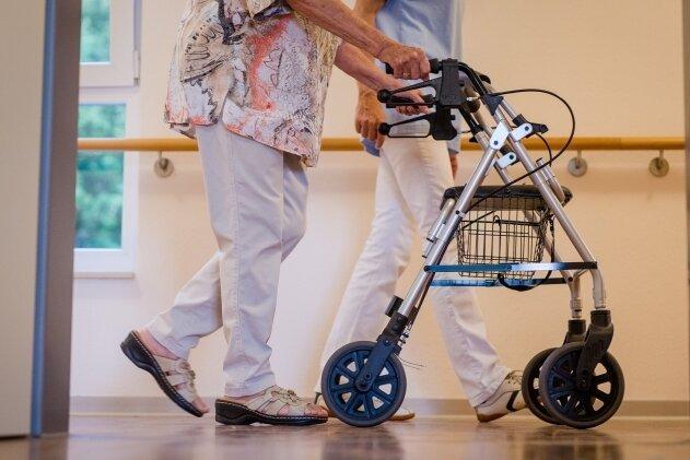 Wachsender Bedarf: Eine Pflegekraft begleitet in einer Einrichtung in Baden-Württemberg eine ältere Dame.
