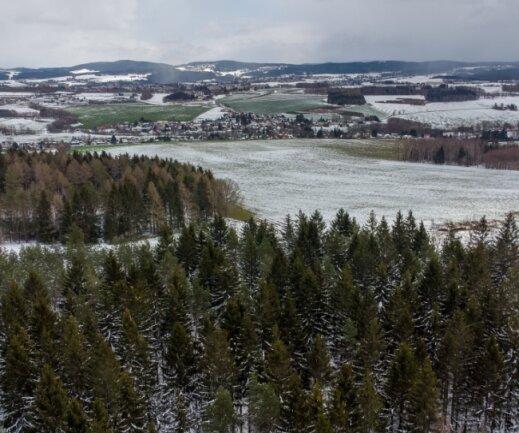 Dieser Blick bietet sich vom Fronberg aus auf Reumtengrün, Auerbach und die Höhenzüge des Vogtlandes. Vorerst nur per Drohne; doch falls auf dem Fronberg ein Aussichtsturm gebaut wird, auch von dort.