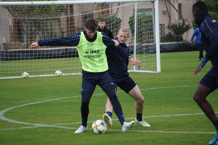 Clemens Schoppenhauer (rechts, im Trainingsduell mit seinem Teamkollegen Dejan Bozic im gelben Leibchen), hat mit Oberschenkelproblemen zu kämpfen.
