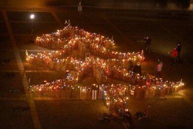 300 Schlitten bildeten einen 20 Meter großen Weihnachtsbaum auf dem Marktplatz.
