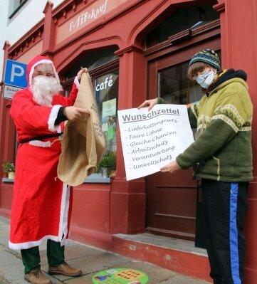 Einen Wunschzettel für fairen Handel übergab Christian Mädler an den Weihnachtsmann.