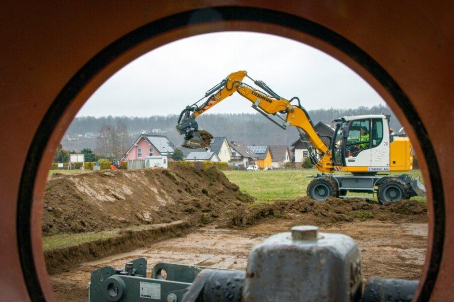 In Falkenau werden an der Wiesenstraße zehn Baugrundstücke erschlossen. Die Baufirma Straubelt aus Niederwiesa führt die Arbeiten aus.