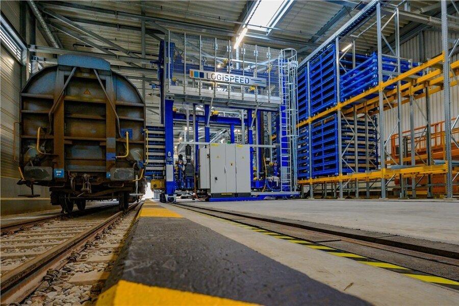 Die neue Logistikanlage von Volkswagen Sachsen lädt die per Bahnwaggon ankommenden Batteriesysteme vollautomatisch ab.