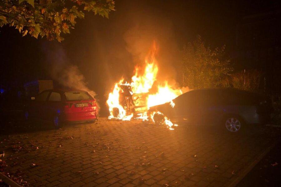 Zwei Fahrzeuge auf Parkplatz in Werdau abgebrannt