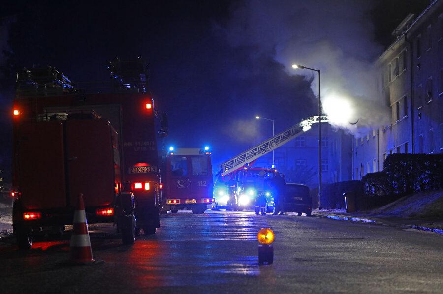 Feuerwehr rettet zwei Menschen bei Wohnungsbrand