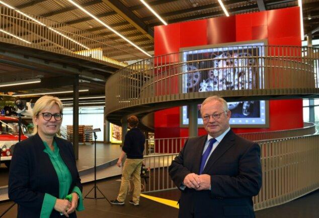 Staatsministerin Barbara Klepsch und Bürgermeister Thomas Firmenich geben erste virtuelle Einblicke in das neue Frankenberger Erlebnismuseum Zeit-Werk-Stadt. Im Hintergrund der Zeitwürfel.
